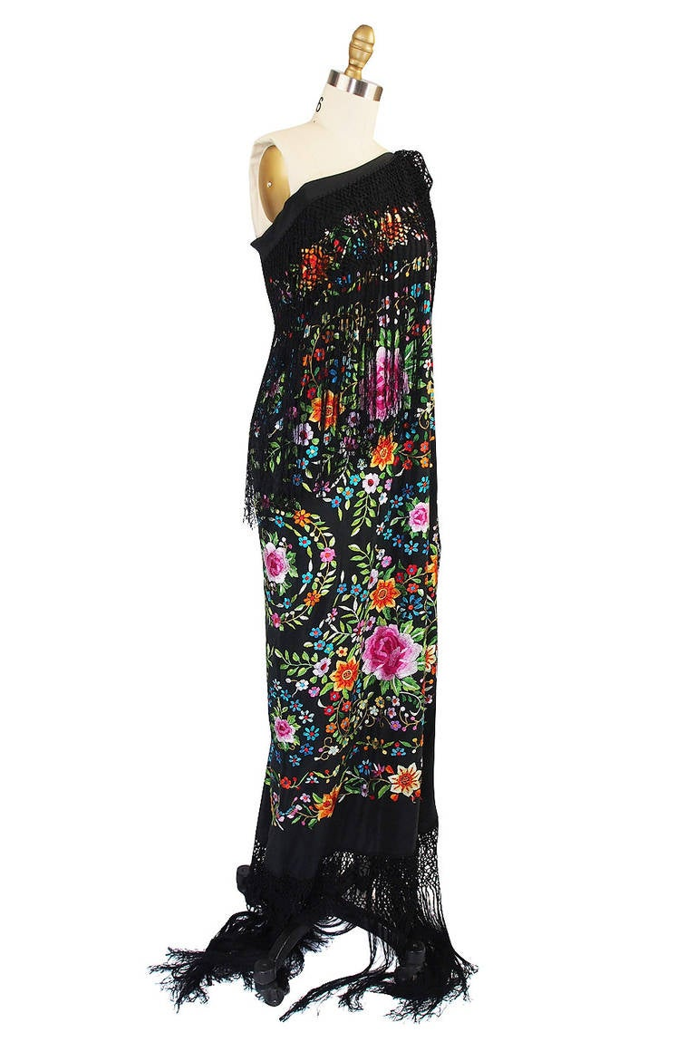 1920s Vivid Embroidered Silk Piano Shawl In Excellent Condition In Rockwood, ON