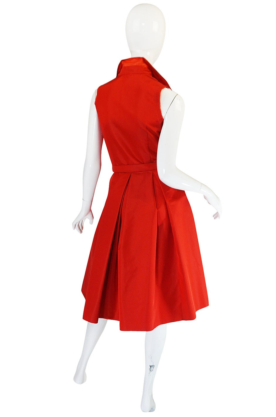 If there was ever a dress that one could imagine on Grace Kelly I think this is it. It has a definitive retro feel but in a thoroughly modern way. I love the crisp taffeta used - it helps to hold the shape and that amazing deep pleating on the skirt