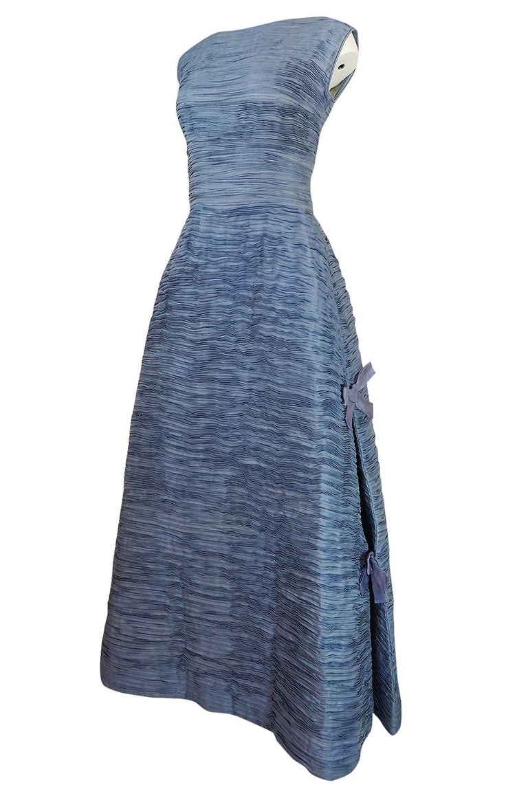 c.1965 Sybil Connolly Couture Bow Detailed Blue Pleated Irish Linen Dress In Excellent Condition For Sale In Rockwood, ON