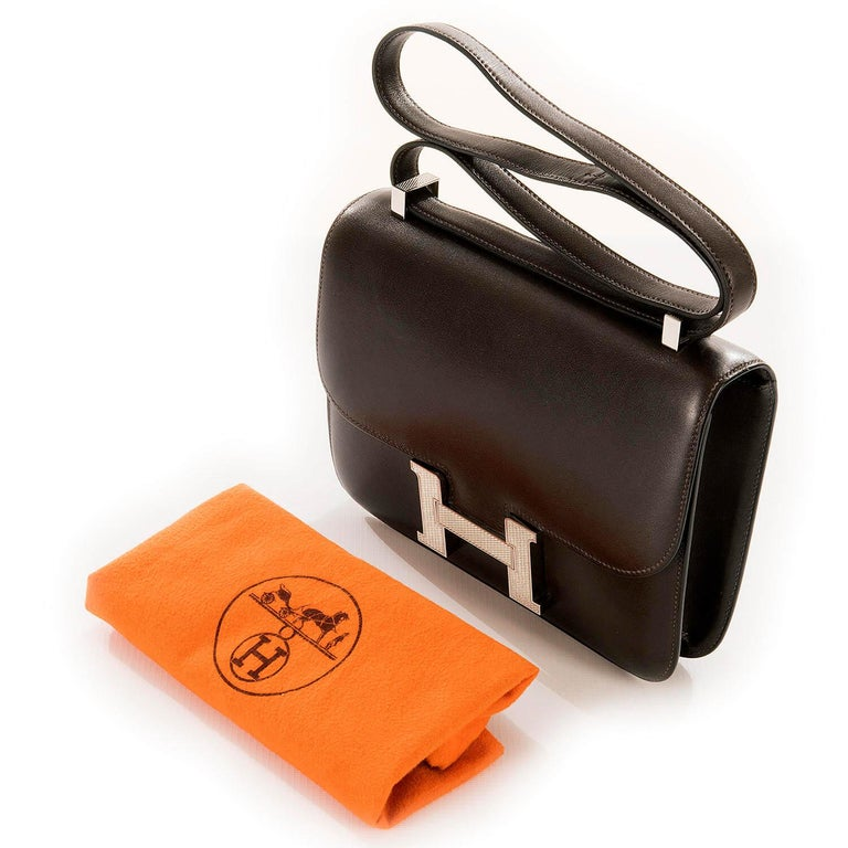 Tres Chic Limited Edition Hermes 23cm Ebene Box Leather Constance Shoulder Bag For Sale 3