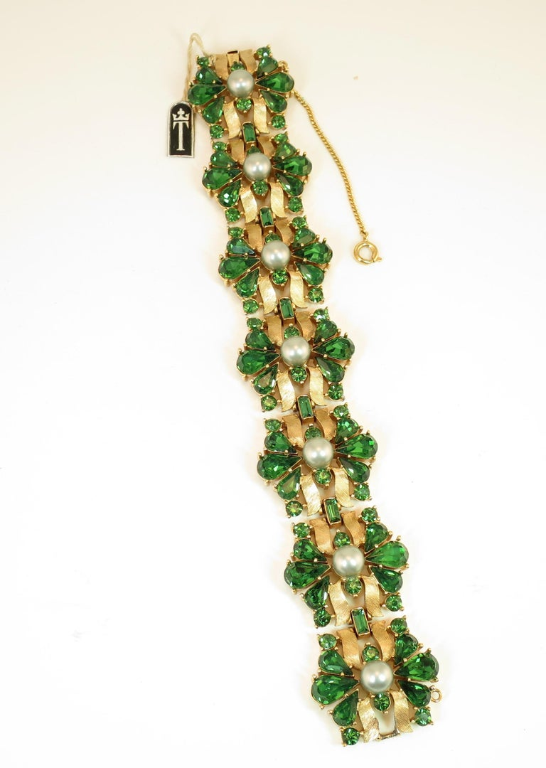 Crown Trifari Alfred Philippe Gilded Rhodium Bracelet Emerald Crystals 1950s  For Sale 1