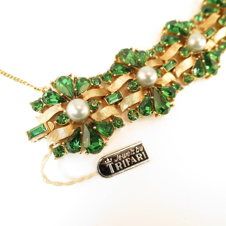 Crown Trifari Alfred Philippe Gilded Rhodium Bracelet Emerald Crystals 1950s  For Sale 4