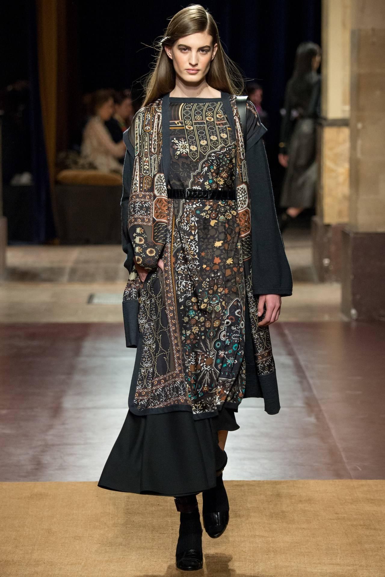 hermes tapis persans giant silk gm neutral shawl 140cm grail at 1stdibs. Black Bedroom Furniture Sets. Home Design Ideas