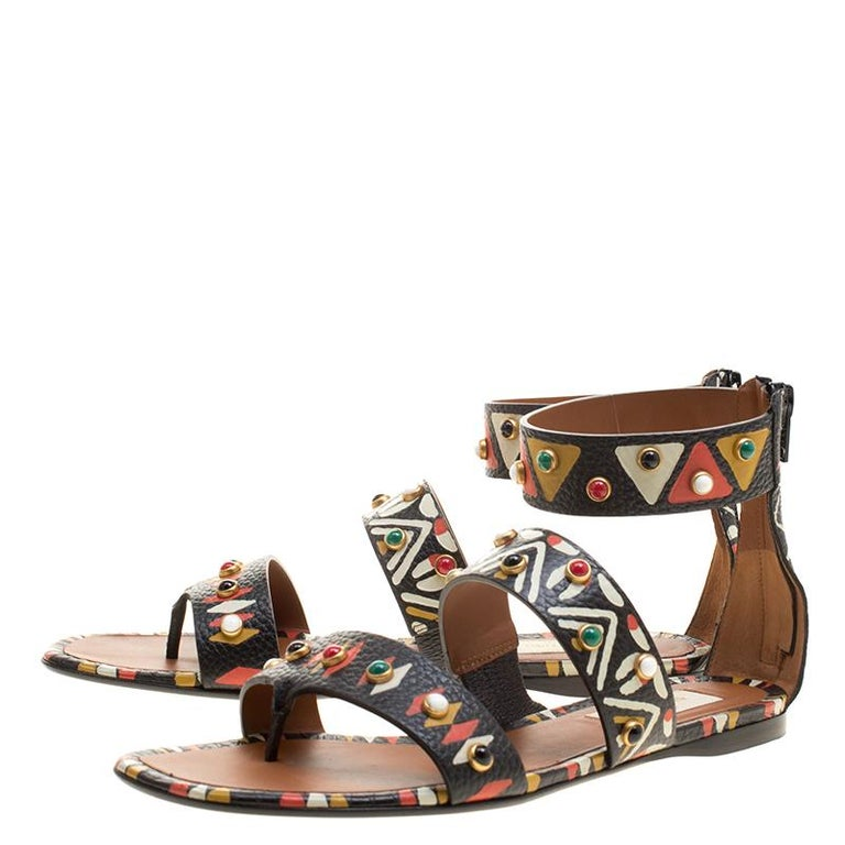 e4f560fa0310 Valentino Handgemaltes Tribal-Design Nietenbesatz Leder Flache Sandalen  Größe 37.5 7