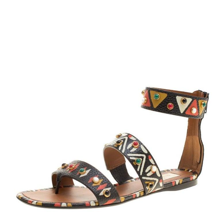 c6f4ad4eb889 Valentino Handgemaltes Tribal-Design Nietenbesatz Leder Flache Sandalen  Größe 37.5 1