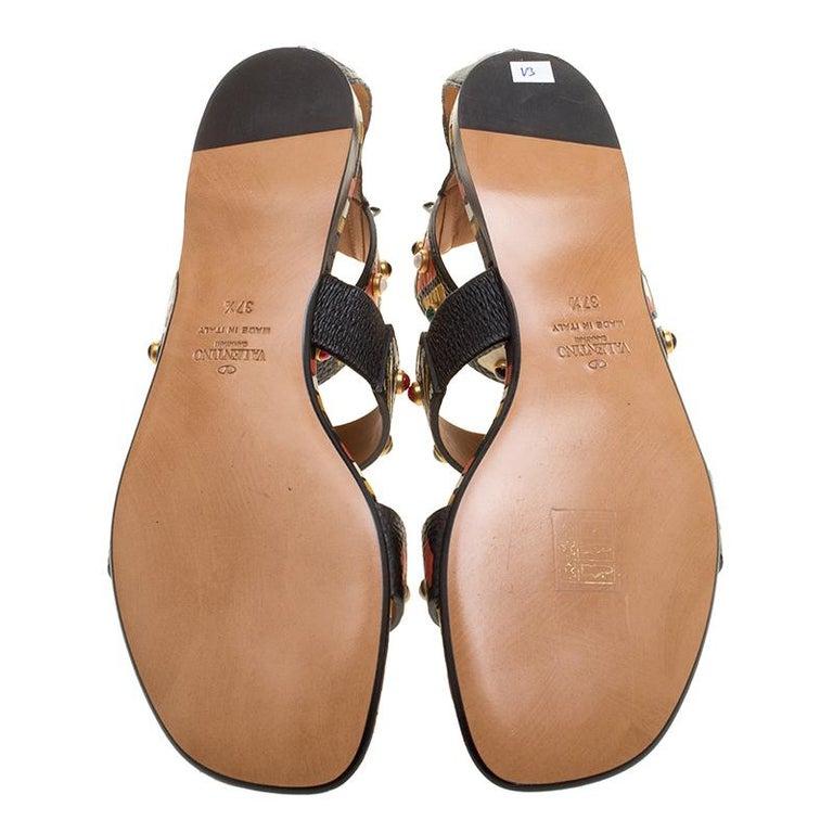 420fc82e7cfa Valentino Handgemaltes Tribal-Design Nietenbesatz Leder Flache Sandalen  Größe 37.5 3