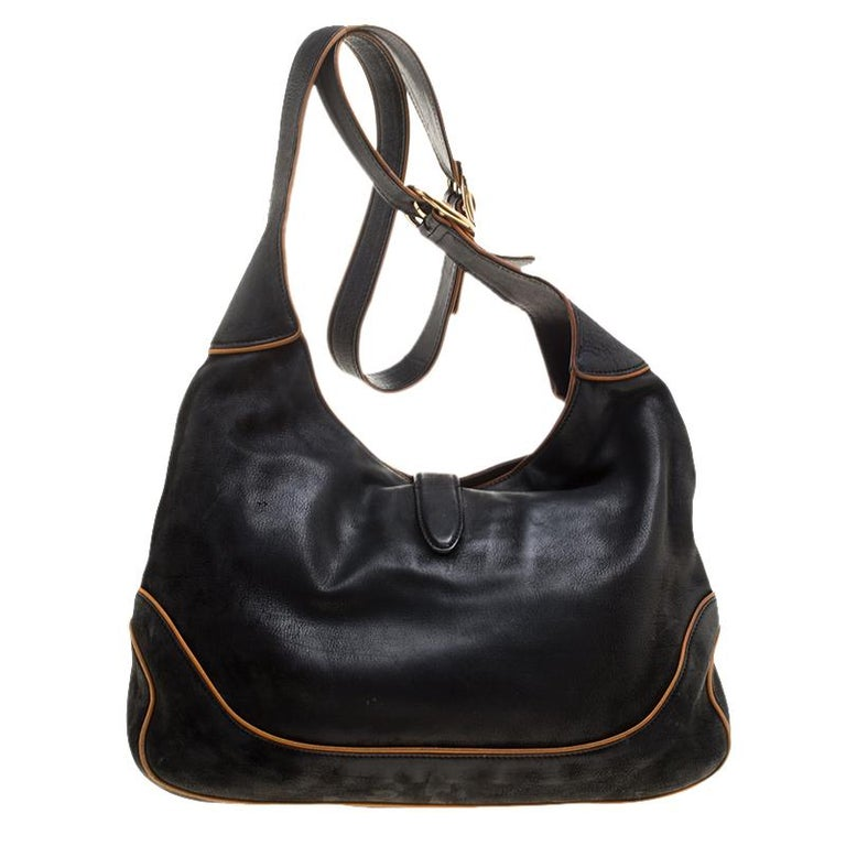 A handbag should not only be good-looking but also durable, just like this lovely black New Jackie bag from Gucci. Crafted from leather in Italy, this gorgeous number has the signature closure that opens up to a spacious interior. Complete with a
