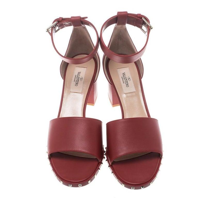 9fa03dc071ba Valentino, rote Leder Soul Rockstud Sandalen mit Blockabsatz und Schalle am  Fußgelenk, Größe 39