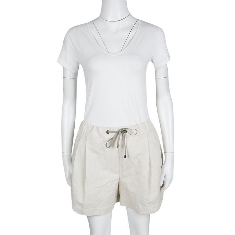 Brunello Cucinelli's shorts are crafted with a cotton linen blend in a soft beige hue. They have been designed to give you maximum comfort with their relaxed silhouette and the ribbed waistline. These shorts feature fringe detail on the side and is