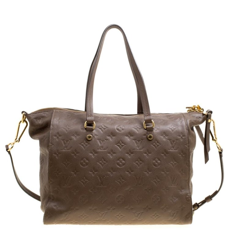 Louis Vuitton's handbags are popular owing to their high style and functionality. This Lumineuse PM bag, like all the other handbags, is durable and stylish. Crafted from Monogram Empreinte leather, the PM bag comes with two flat top handles, a