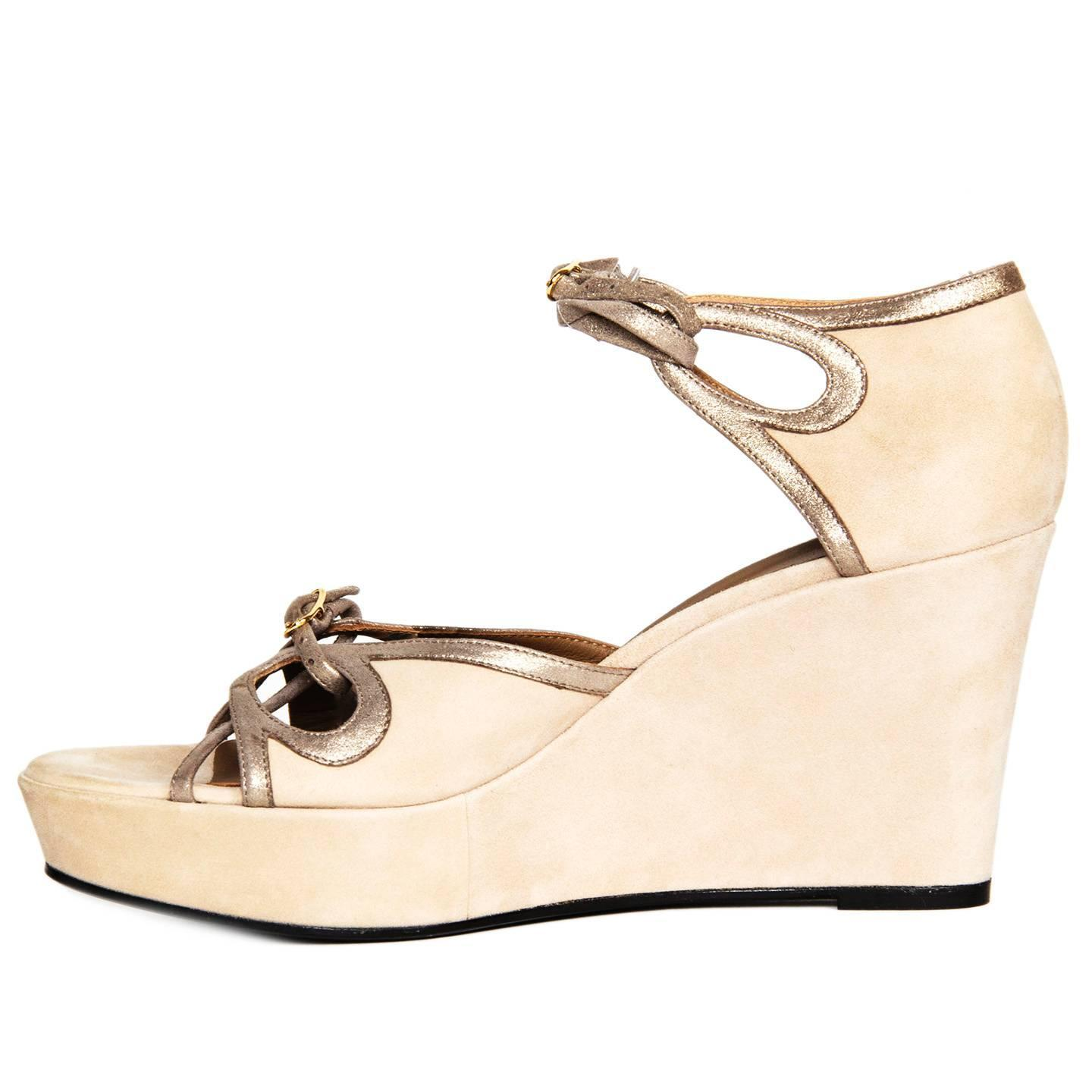 d2031c9efdb6 Hermès Taupe Suede Wedge Sandals For Sale at 1stdibs
