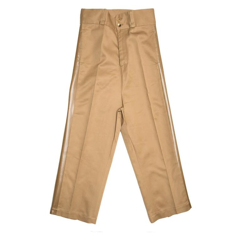 Caramel color tuxedo style high waisted baggy trousers. The waistband is very wide and it fastens with two buttons, the front pockets are on the side seams and the back slit pockets close with two little buttons. The legs are wide, with a classic