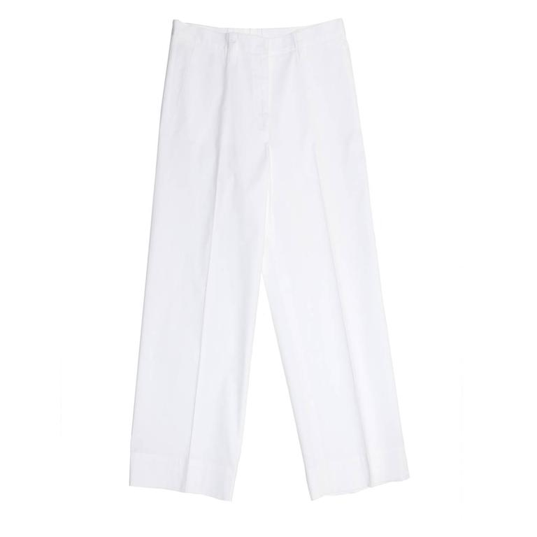 Classic white cotton and elastane trousers with a man's style and wide cropped legs. The pants are suit pleated, slash pockets at front and slit pockets at back. The waistband is thin, it fastens at front with a hidden hook and it's enriched by long