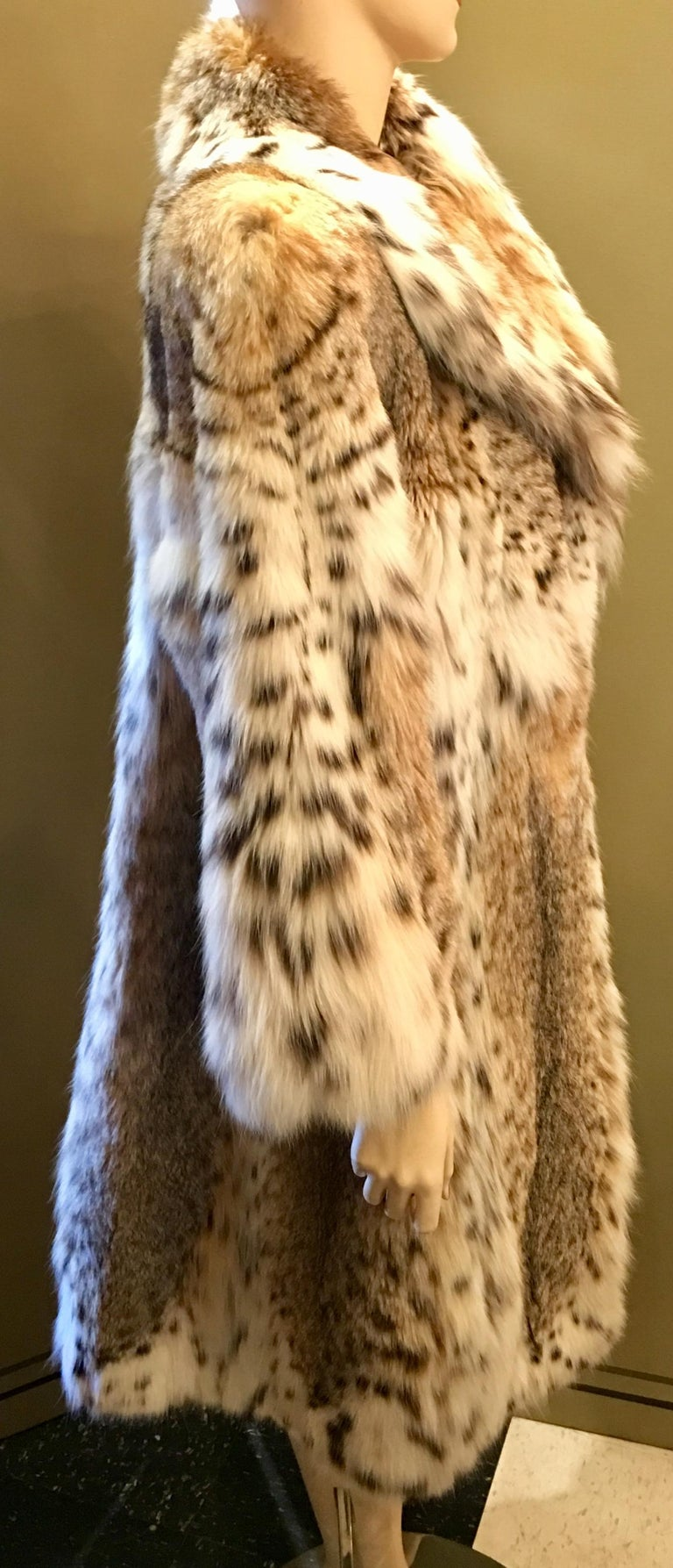 Sexy Natural Spotted Lynx 3 Quarter Length Ultra Soft High Fashion Fur Coat In Excellent Condition For Sale In Tustin, CA