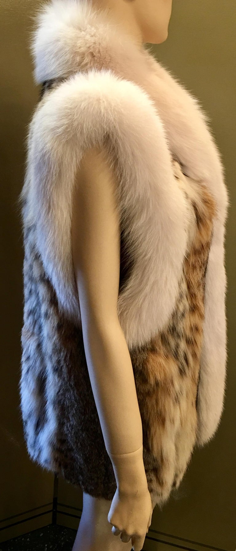 Stunning Luxurious Spotted Lynx Fur Sleeveless Vest with White Fox Fur Trim  In Excellent Condition For Sale In Tustin, CA