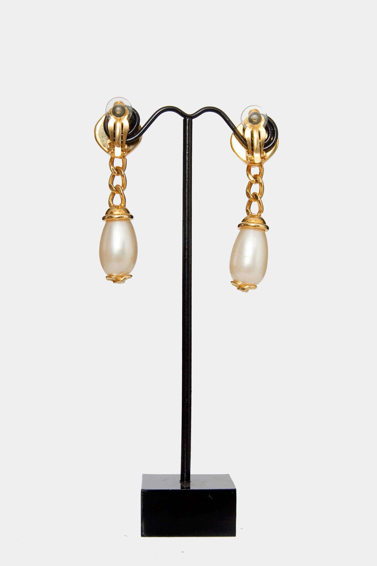 A Pair Of '97 Chanel Mother of Pearl Drop Earrings 6