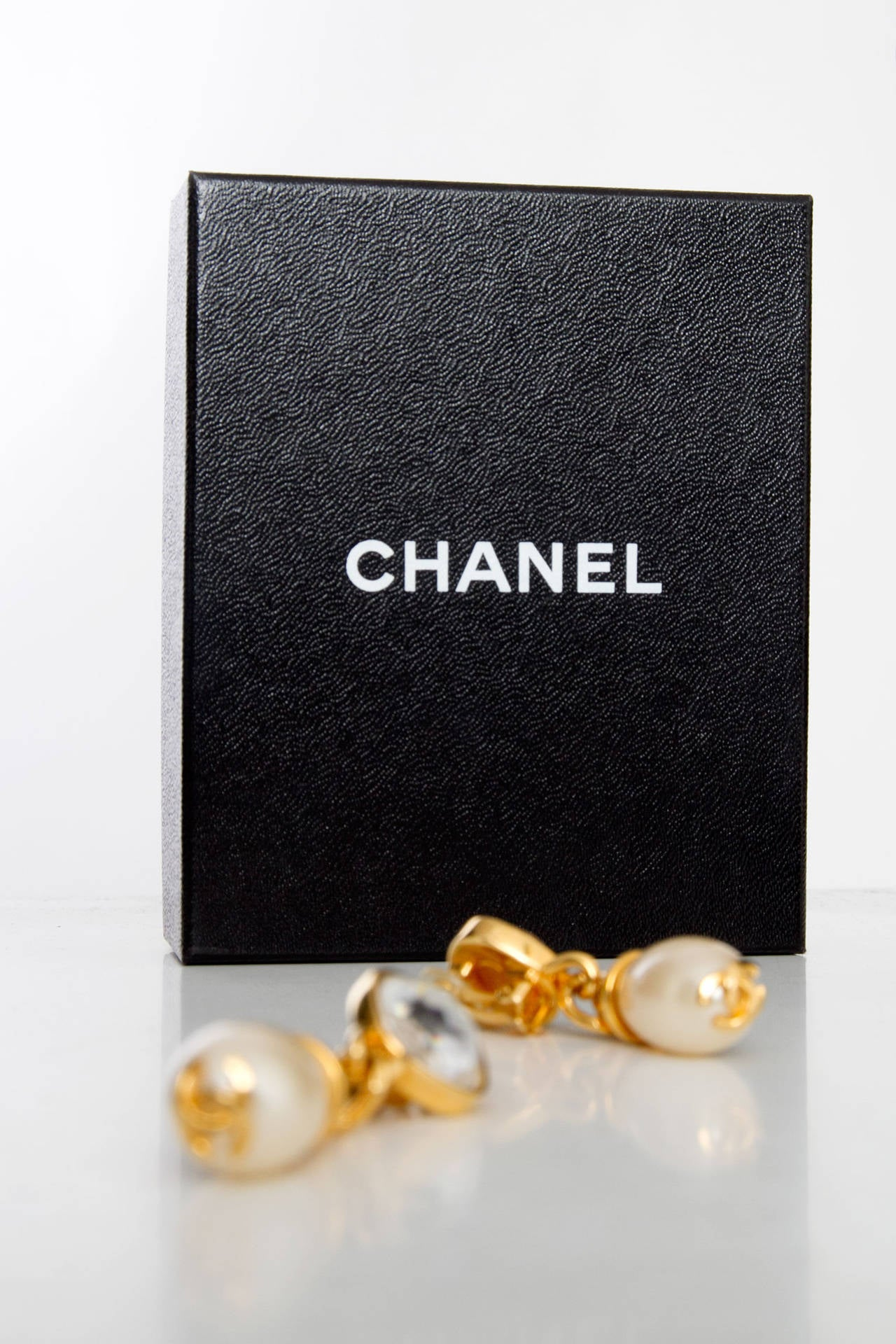 A Pair Of '97 Chanel Mother of Pearl Drop Earrings 8