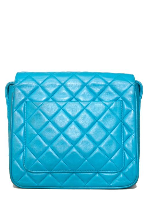 90s Turquoise Chanel Quilted Leather Shoulder Bag  In Good Condition For Sale In Copenhagen, DK