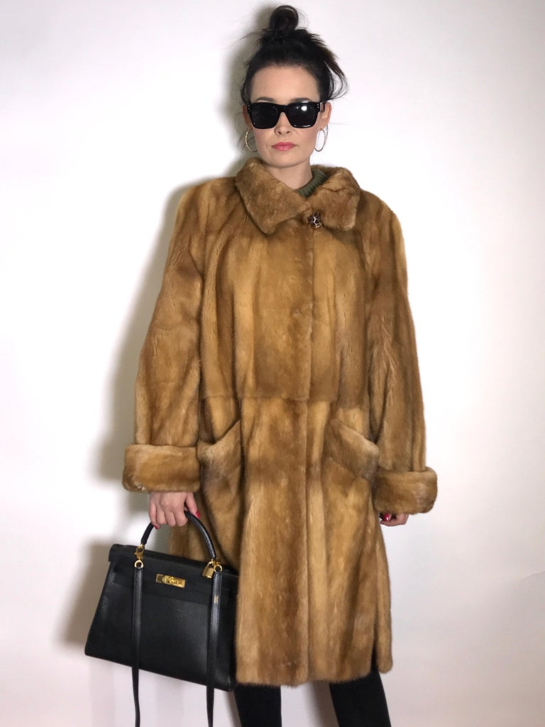 High class gold silk mink 3/4 jacket / coat. Exclusively made by the furrier.  Size EU: 40-42 / M-L Total length: 104 cm Shoulder width: 44 cm Sleeve length: 60 cm  The jacket is in excellent condition, almost never worn.  - Our model wears an EU