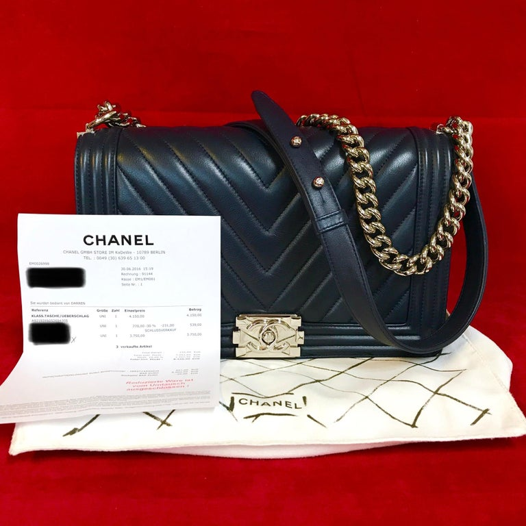CHANEL Boy new medium made of navy blue chevron lambskin.  The bag is in a very good condition and has minimal signs of use.  The delivery includes: - Chanel Boy new medium - Dustbag - Original CHANEL bill of 2016  Dimensions: 11 x 7 x 3,5 inches