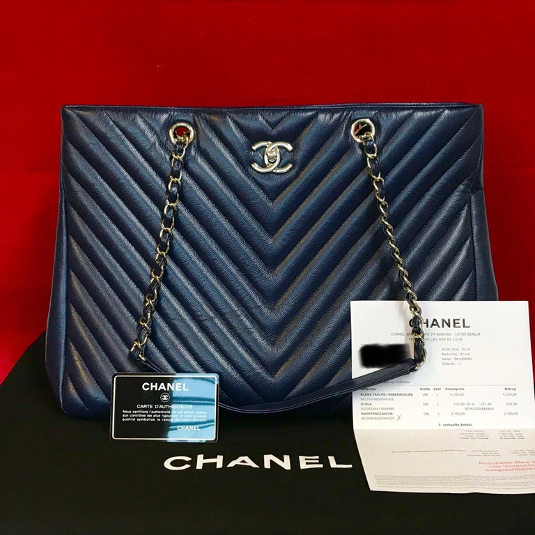 Large CHANEL chevron lambskin shopping bag in navy blue.  The bag is in a very good condition and has minimal signs of use.  The delivery includes: - Chanel Shopper - Dustbag - Warranty card - Original CHANEL bill of 2016  Dimensions: 15 x 10,5 x 6