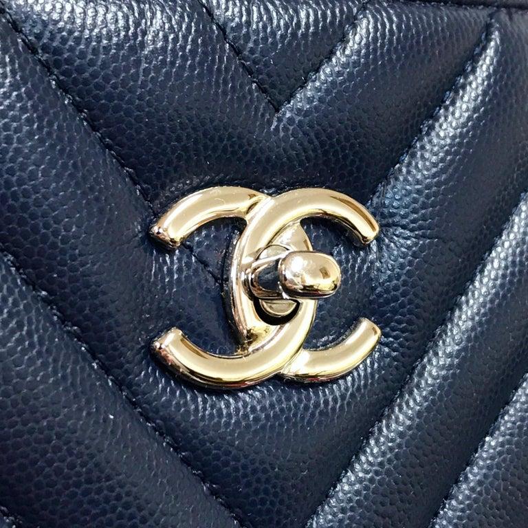 Women's or Men's Large CHANEL CC Shopping Bag/Shopper chain chevron lambskin navy blue 2016 For Sale