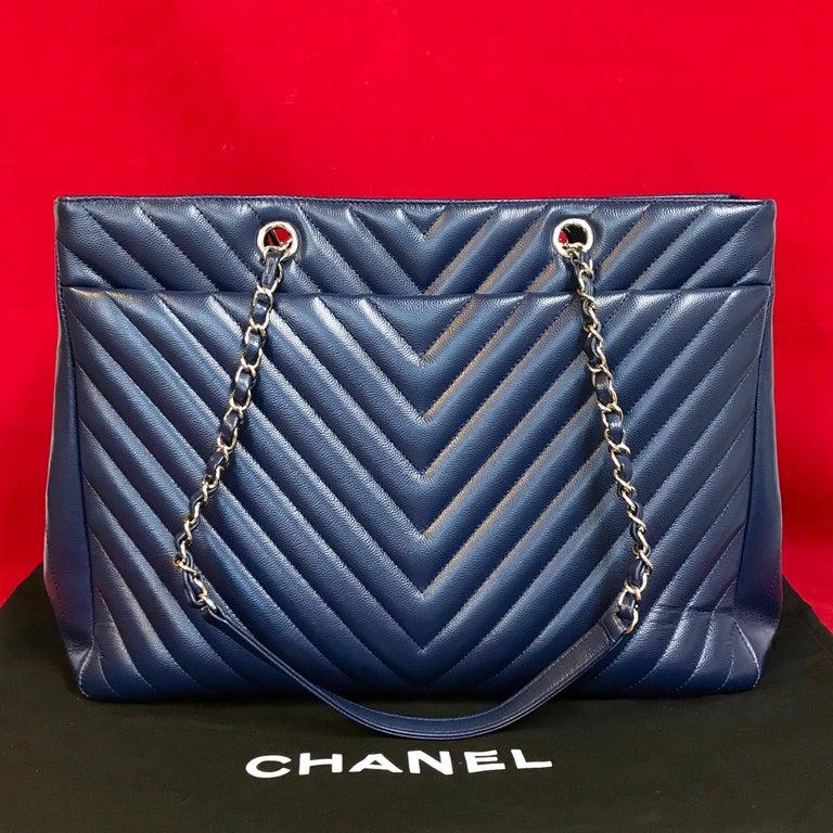 Large CHANEL CC Shopping Bag/Shopper chain chevron lambskin navy blue 2016 In Good Condition For Sale In Berlin, DE