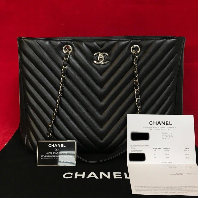 Large CHANEL chevron lambskin shopping bag in black.  The bag is in a very good condition and has minimal signs of use.  The delivery includes: - Chanel Shopper - Dustbag - Warranty card - Original CHANEL bill of 2016  Dimensions: 15 x 10,5 x 6