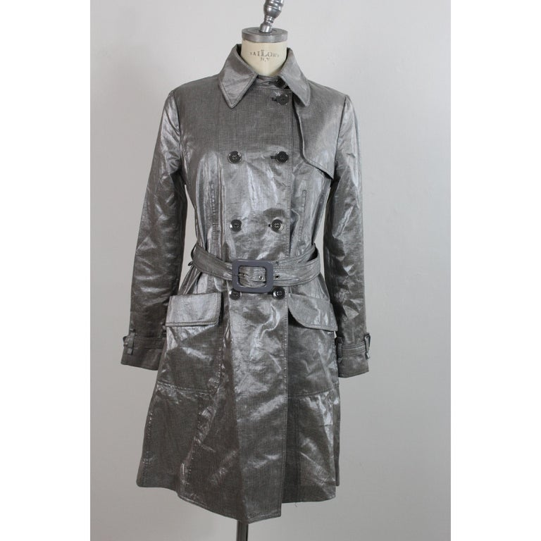 Giorgio Armani Collezioni vintage raincoat. Double-breasted trench coat, gray and white checked, glossy effect 80% linen 20% polyurethane. Waist belt, two pockets on the sides. Made in Italy. Excellent vintage conditions.  Size: 46 It 12 Us 14