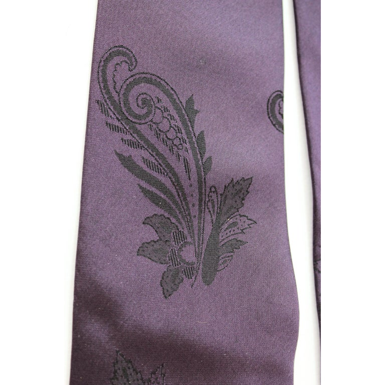 Gianni Versace Couture Purple Vintage Paisley Silk Tie, 1980s In Excellent Condition For Sale In Brindisi, Bt