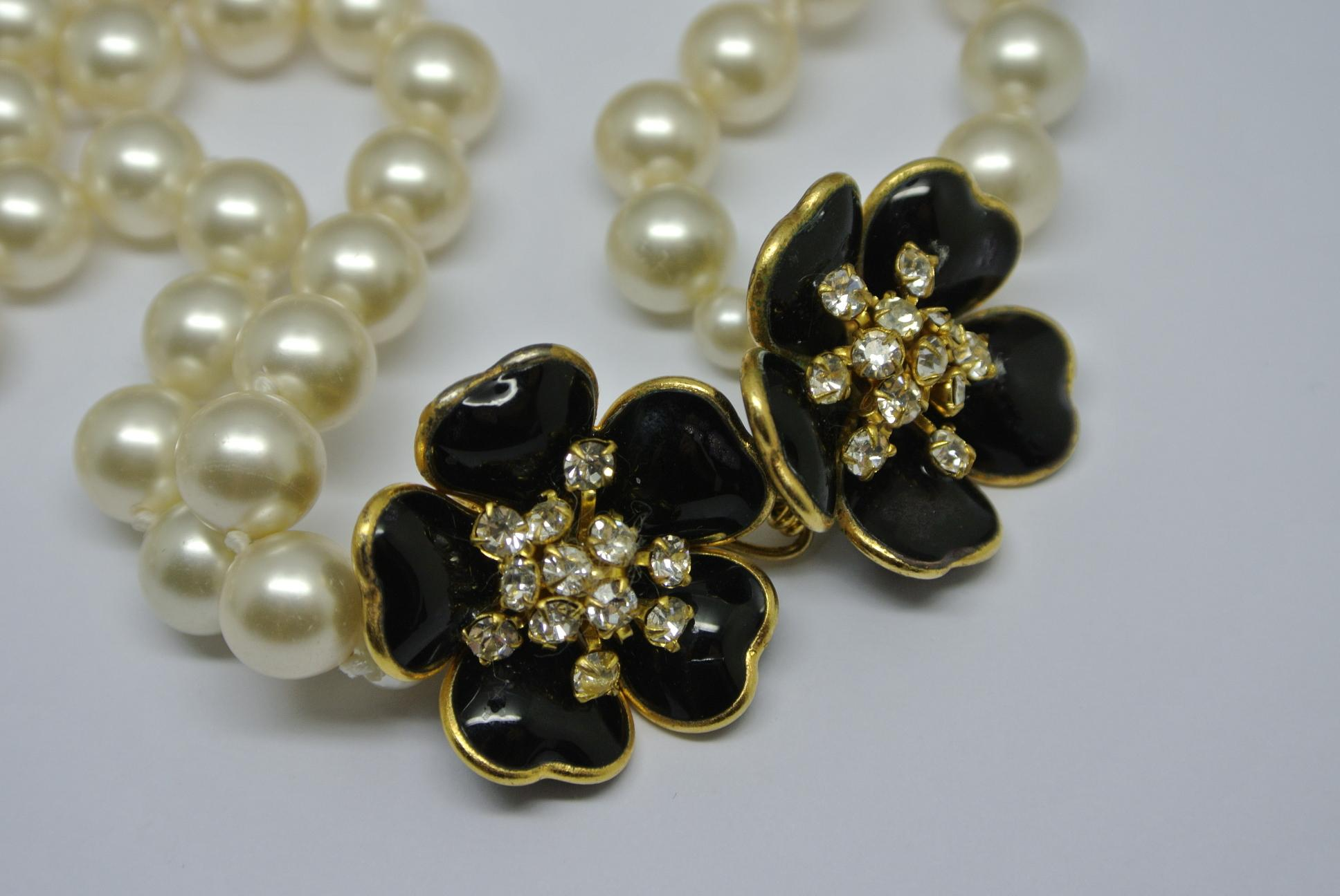8fe24c9b592 Chanel Unsigned 1950s Gripoix Black Flower Faux Pearl Necklace Choker  Earrings For Sale at 1stdibs