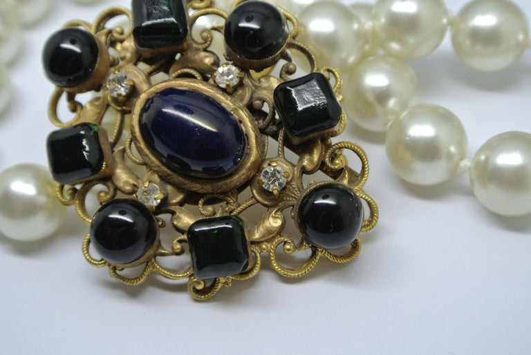 Chanel green gripoix poured glass pearl byzantine filigree pendant necklace In Fair Condition For Sale In London, GB