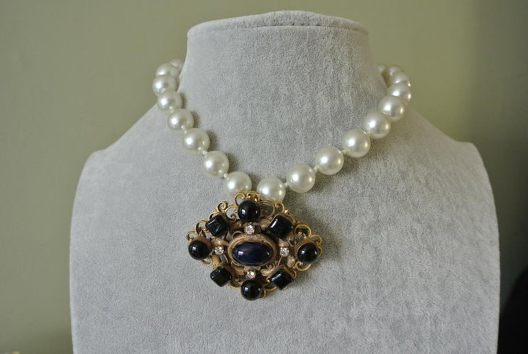 Chanel green gripoix poured glass pearl byzantine filigree pendant necklace For Sale 2