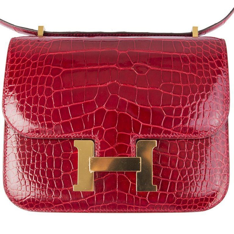 HERMES Braise red Shiny Alligator CONSTANCE 18 Shoulder Bag In New Condition For Sale In Zürich, CH