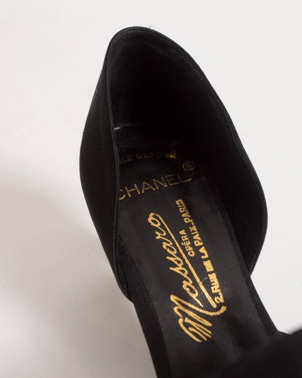 Chanel Haute Couture satin pumps with brooch by Massoro, circa 1950s For Sale 4