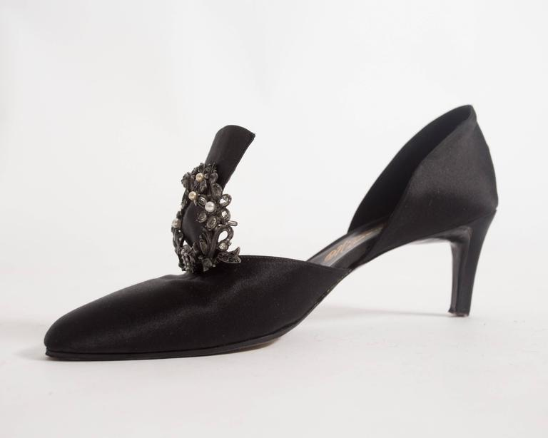 Chanel Haute Couture satin pumps with brooch by Massoro, circa 1950s For Sale 1