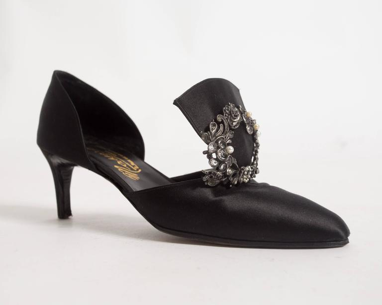 Chanel Haute Couture satin pumps with brooch by Massoro, circa 1950s For Sale 3