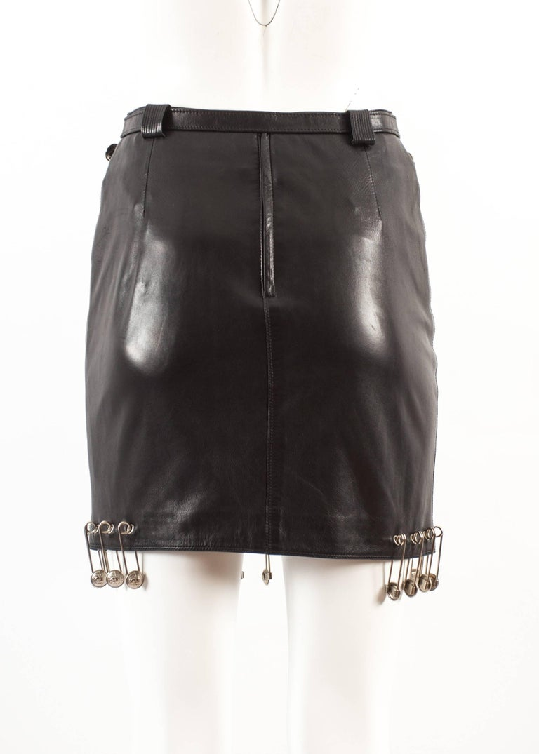 Gianni Versace Spring-Summer 1994 black lambskin leather skirt with safety pins For Sale 2