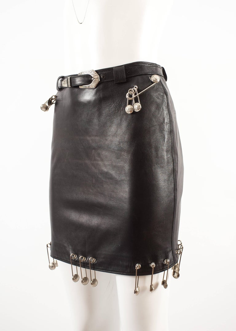 Gianni Versace Spring-Summer 1994 black lambskin leather skirt with safety pins In Excellent Condition For Sale In London, GB