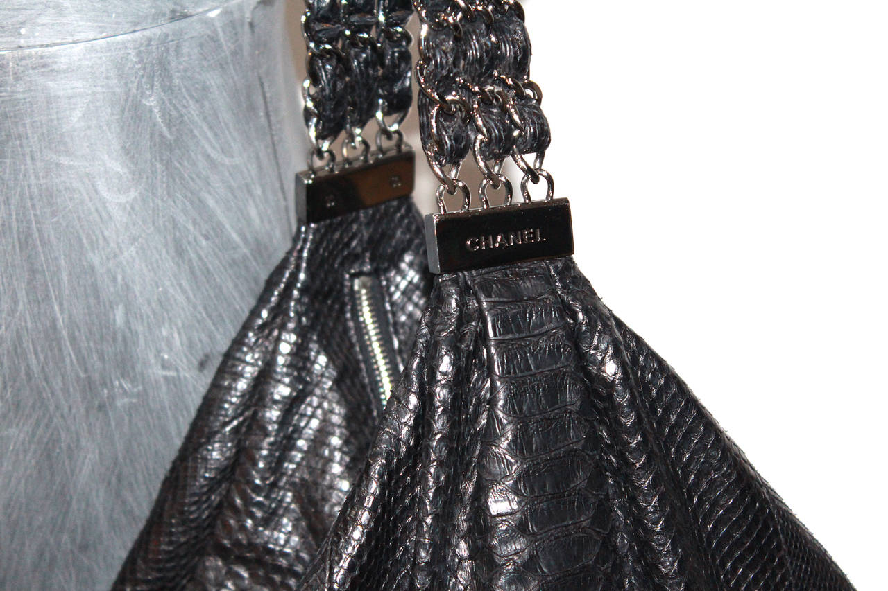 Fine and rare Large Chanel King Python Black Hobo Bag (Spring/Summer 2007) 3