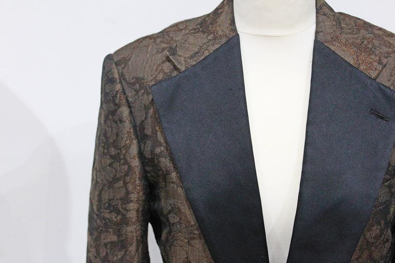 A mens Gucci tuxedo jacket in a marbled style silk brocade. The jacket has large black silk lapels, cuffs and 1 button closure.   Chest - 40  Shoulder - 18 Arm - 26