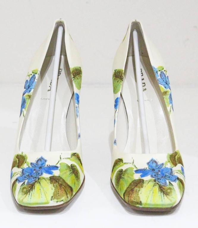 Prada silk floral pumps sz 38.5, c.1990s  In New never worn Condition For Sale In London, GB