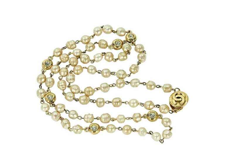 Goldtone Vintage Chanel Faux Pearl Necklace In Excellent Condition For Sale In New York, NY