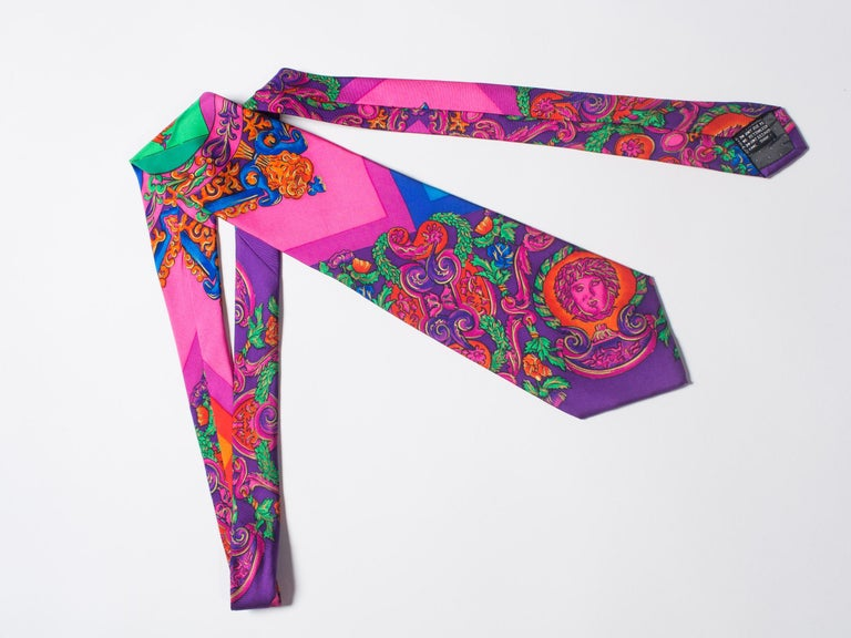 1990s Gianni Versace Hot Pink Medusa Silk Tie with Gold Metallic Accents In Excellent Condition For Sale In New York, NY