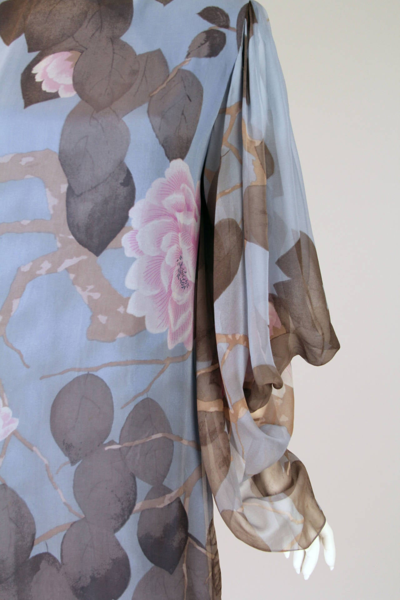 Elegant Hanae Mori Grey Blue Silk Asian Floral Dress For Sale 2