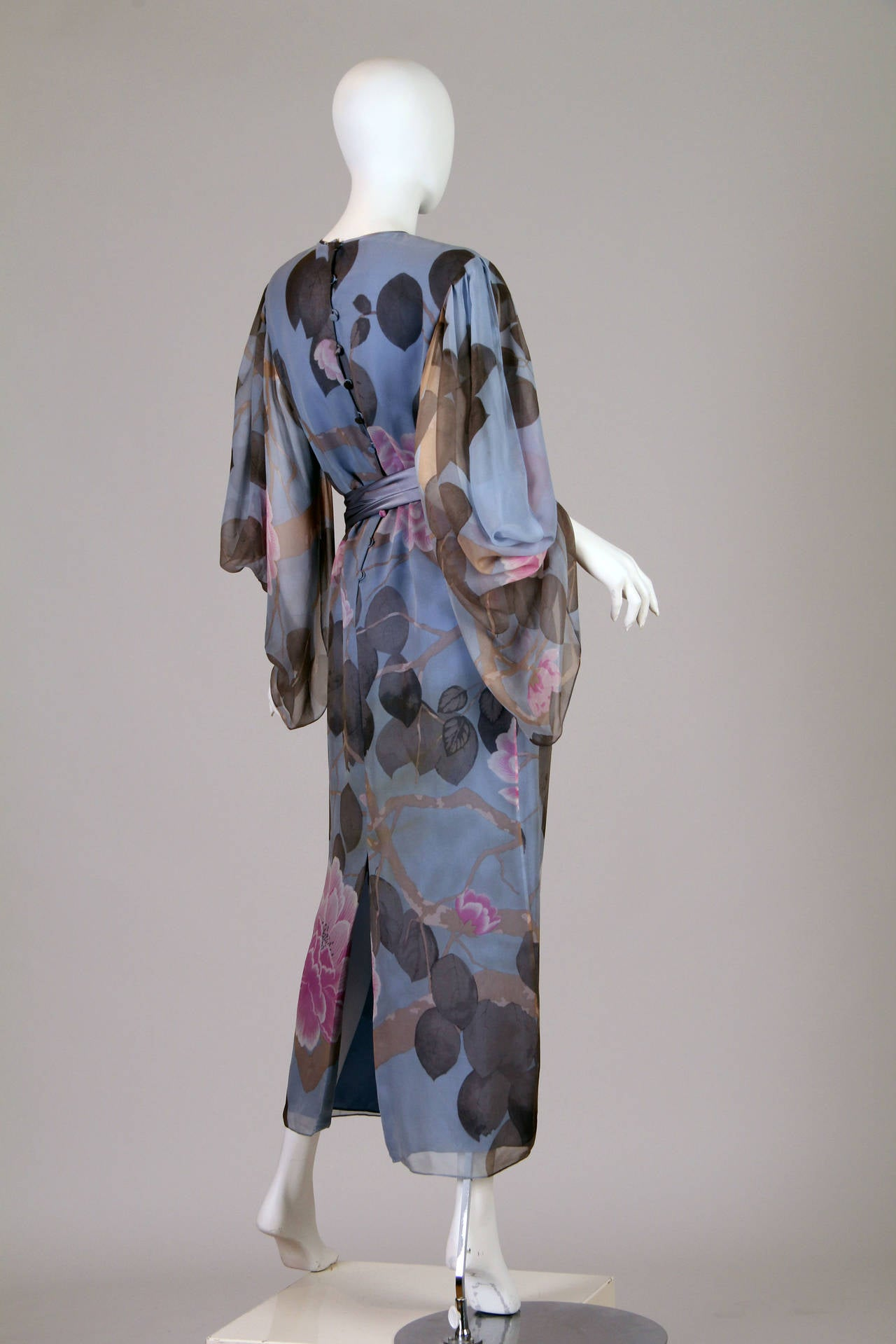 Elegant Hanae Mori Grey Blue Silk Asian Floral Dress In Excellent Condition For Sale In New York, NY