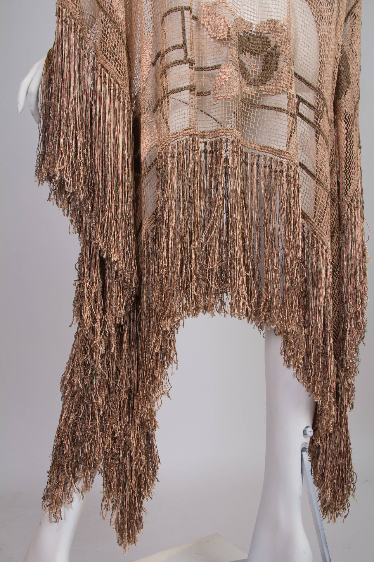 1920s Handmade Filet Lace Boho Fringed Tunic In Excellent Condition For Sale In New York, NY