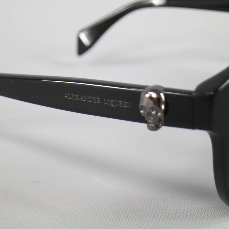 ALEXANDER MCQUEEN Sunglasses consists of acetate material in a black color tone. Designed in a round shape lens, signature skull in silver tone on each temple with logo. UV protection. Comes with original casing. Made in Italy.   Good Pre-Owned