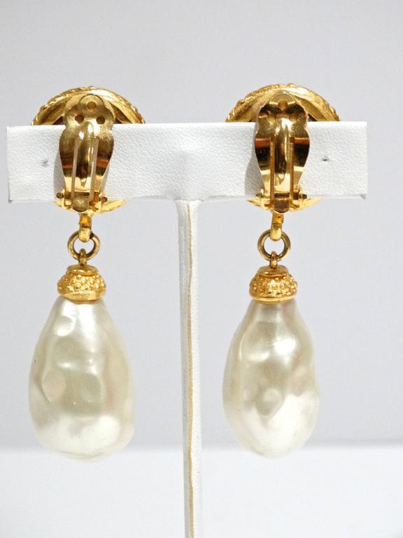 1990s Deanna Hamro Crystal Diamente Swarovski w Faux Drop Pearl Earrings For Sale 1