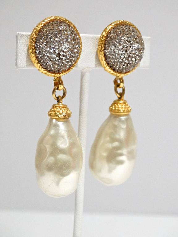 A fabulous pair of 1990's Deanna Hamro Crystal Diamante Gold Tone Earrings with a large faux pearl, plated in gold this beautiful pair of earrings are true show stoppers.   Deanna grew up at the beach in Southern California, embarking on a